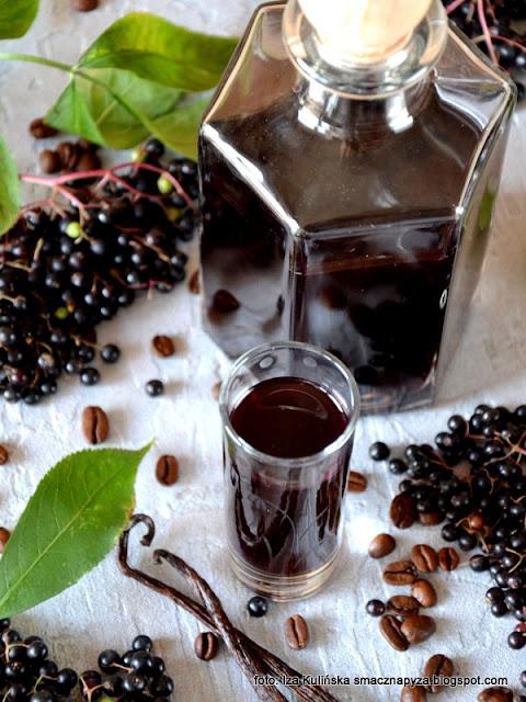 nalewka z bzu czarnego, nalewka z hyćki, hyćka, czarny bez, dziki bez, przetwory, spirytus, wódka owocowa, jak zrobić nalewkę z bzu czarnego