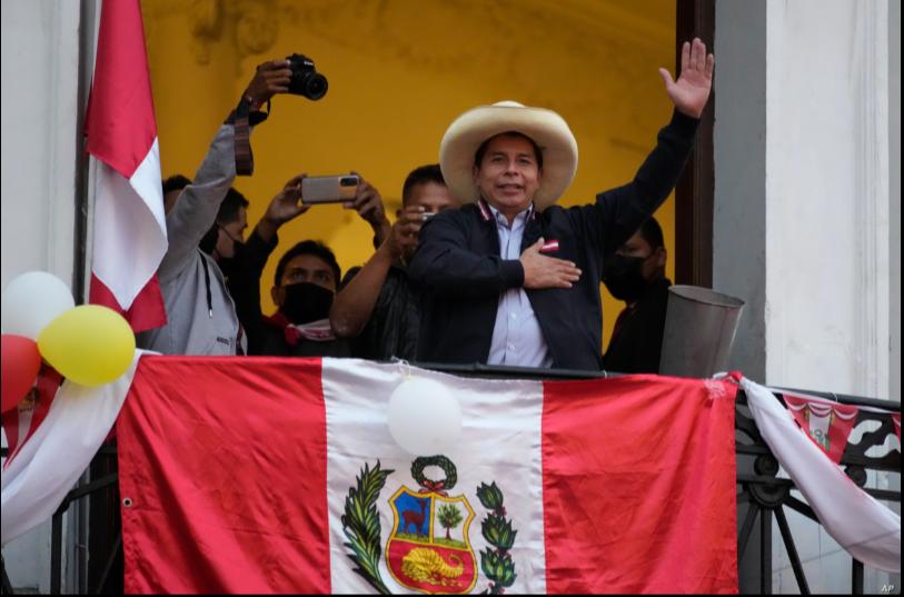 El candidato presidencial Pedro Castillo saluda a los partidarios que celebran los resultados electorales parciales que lo muestran liderando a Keiko Fujimori, en la sede de su campaña en Lima, Perú, el lunes 7 de junio de 2021 / AP