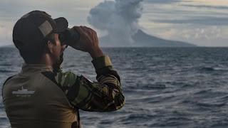 Prajurit KRI Torani 860 mengamati aktivitas Gunung Anak Krakatau di Perairan Selat Sunda, Jumat (28/12). - Foto/ANTARA