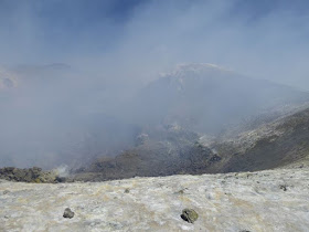 il cratere dell'etna visto dalla zona sulfurea