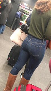 Linda rubia delgada bonito trasero jeans