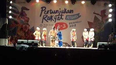 Foto: Penampilan Grup Parewa Limo Suku di ajang Festival Media Pentura 2018 di Lapangan Ahmad Yani, Tangerang, Minggu (2/11) malam.