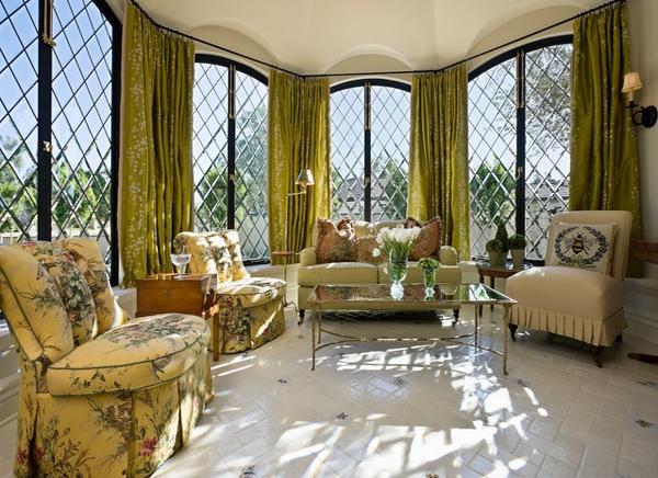 Contoh ruangan yang dikelilingi jendela
