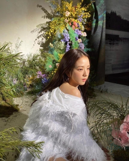 BLACKPINK Jisoo looks prettier than the flowers in her latest Instagram update and Knetz agree with it!