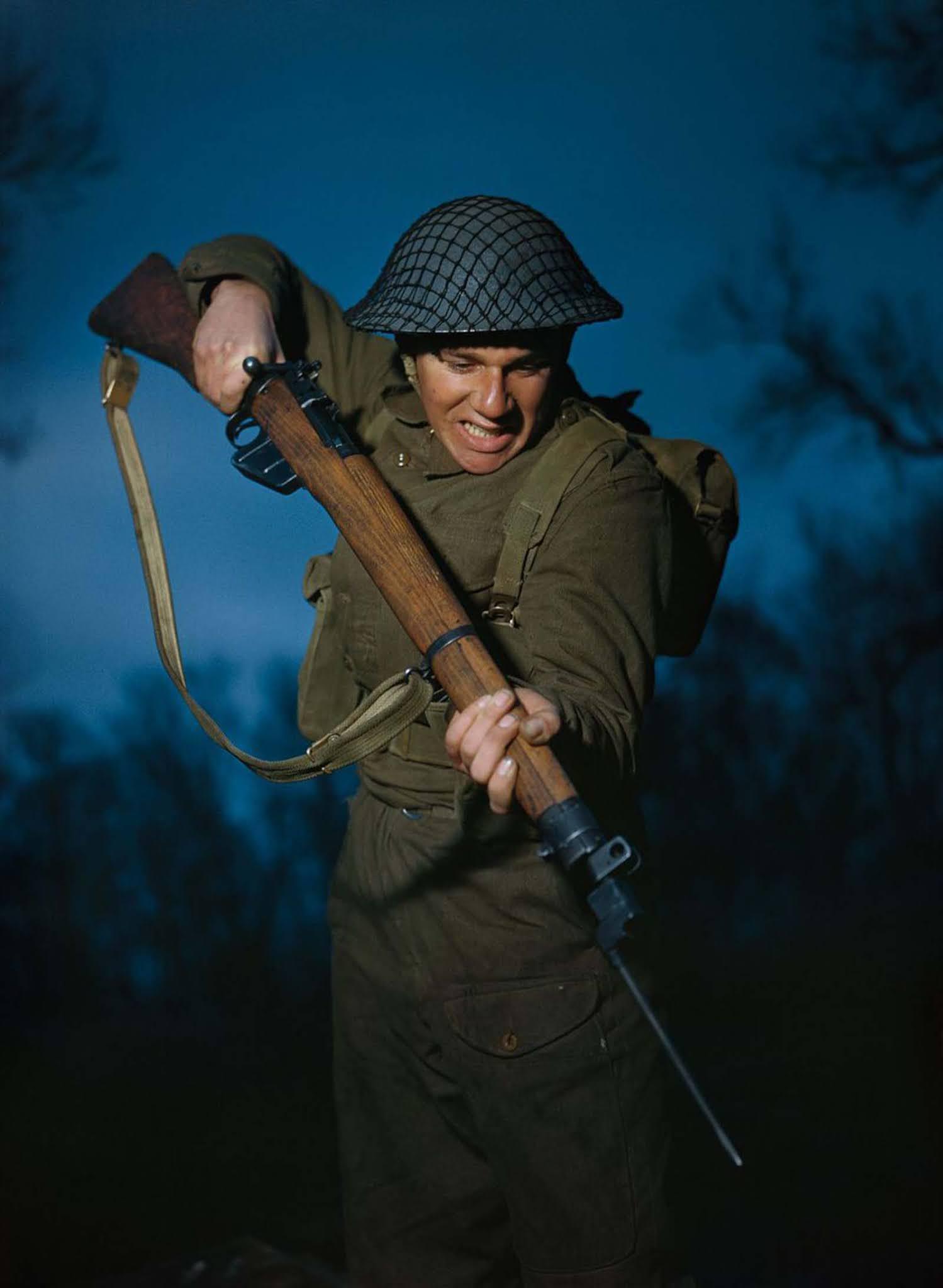 Alfred Campin közlegény a 6. zászlóaljból, a Durham könnyű gyalogságból Nagy-Britanniában a harci kiképzés során.  1944.