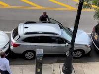 Pengemudi Ini Bikin Takjub Usai Keluarkan Mobil dari Tempat Parkir yang Sempit