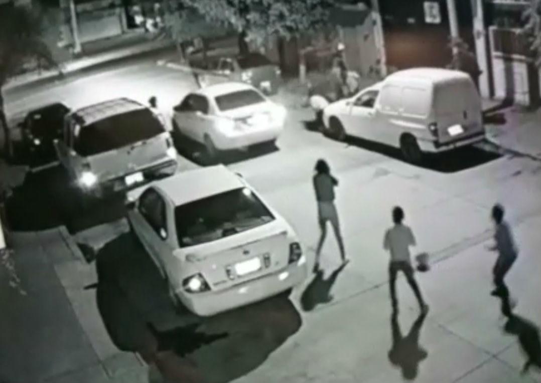 León: Desde un automóvil, balean y matan a dos personas frente a menores que jugaban en la calle.