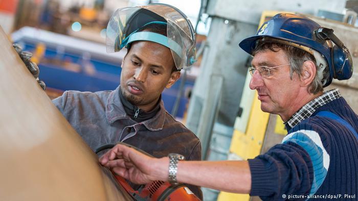 خبير اقتصادي ألماني يقترح إجراءات لإلحاق اللاجئين بسوق العمل