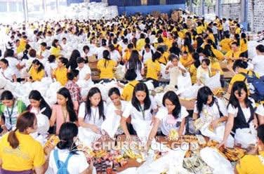 Relief efforts sa Bagyong Yolanda, donasyon ng relief goods, at pagtulong sa opisina ng gobyerno sa pag-iimpake ng relief supplies (1,097 kalahok)