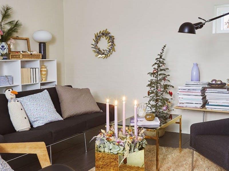 Decoración navideña en color pastel en el salón