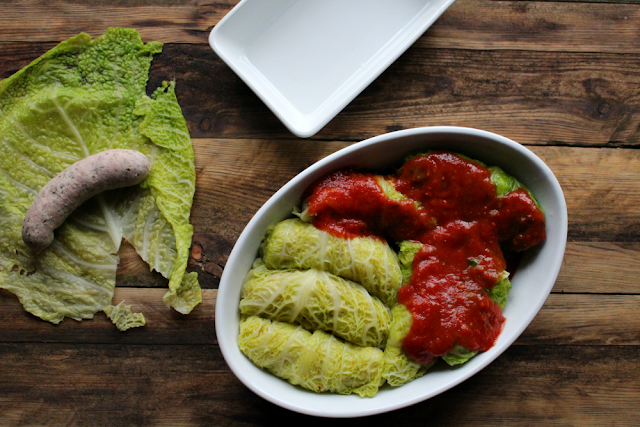 Kiełbaski zapiekane w kapuście włoskiej z słodkim sosem pomidorowym.