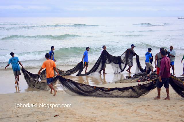 Goa-Beach-India-Goan-Fishermen-Watching