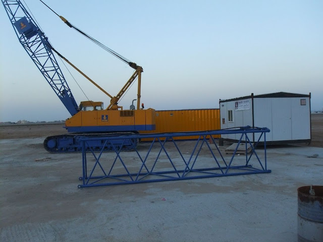 Picture of crawling crane and its parts on the Kingdom Tower construction site