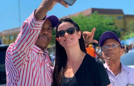 Nicole Fernández estuvo presente en la manifestación de su padre frente a la JCE