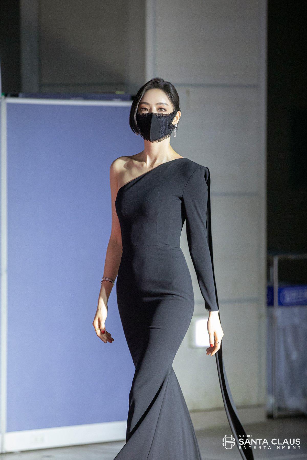 속옷 느낌나는 검은 마스크 쓴 이다희 - 골든디스크 레드카펫 (고화질)