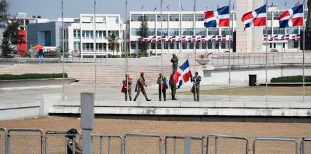 Militares retiran banderas de la plaza por protesta de esta tarde