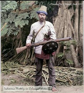 Potret seorang Panglima perang Aceh lengkap dengan senjata Laras panjang dan tameng.