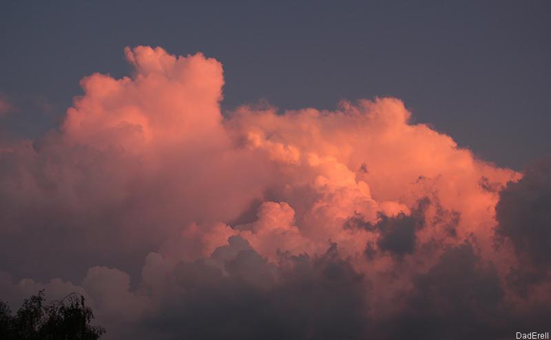 Nuage d'orage éclairé par le soleil couchant