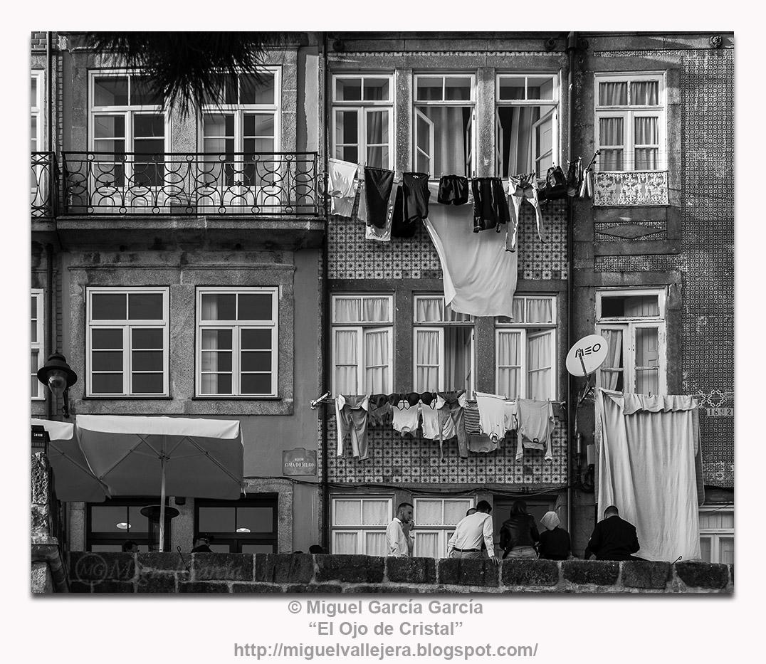 ropa tendida en las ventanas de la Rúa Cima do Muro en Porto, Portugal