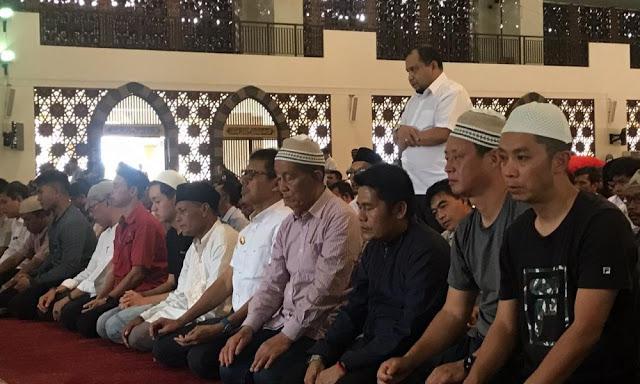 Gubernur Sumbar Terharu Melihat 15 Turis Muslim Asal Kunming China Sujud di Masjid Raya Sumbar
