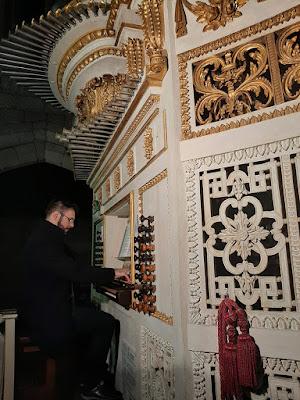 homem tocando um órgão Ibérico