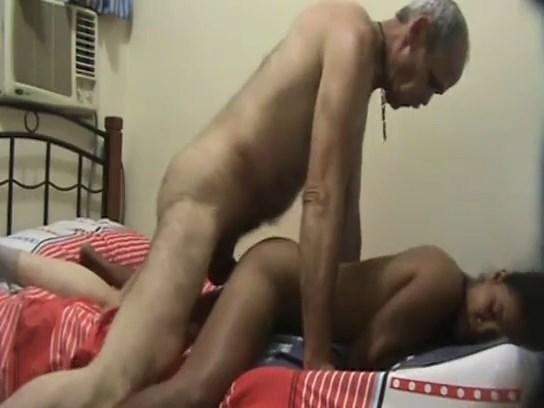 راجل عجوز خدها معاه الشقة وظبط الكاميرا وصورها وهو ينيكها