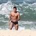 VEJA A FOTO: Rodrigo Simas sensualiza e posta foto PELADO em praia na Espanha