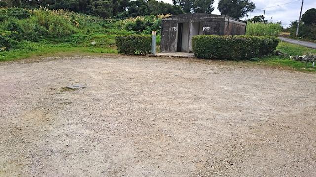 白梅之塔の駐車所と公衆トイレの写真