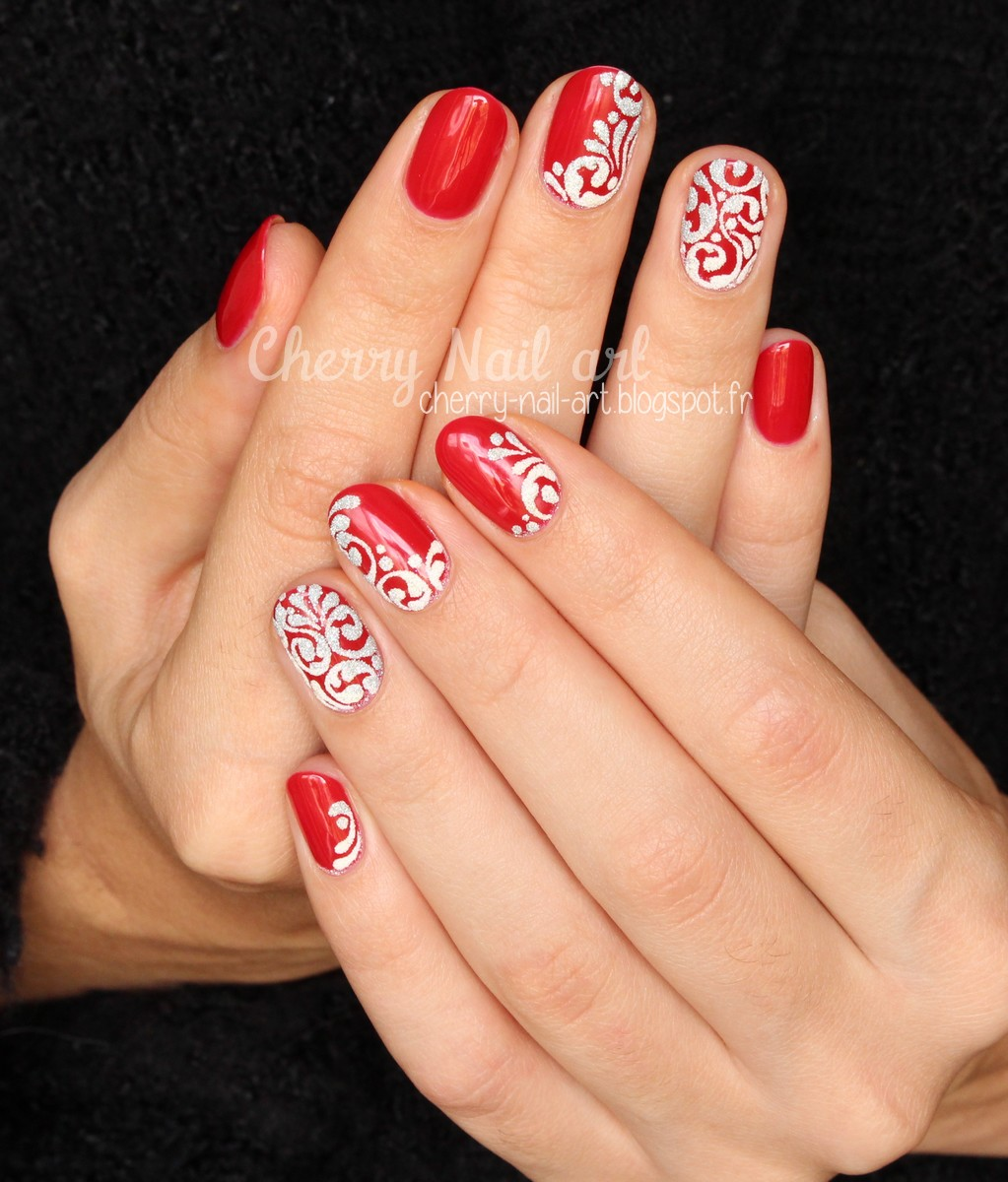 nail art arabesques gel en relief et paillettes