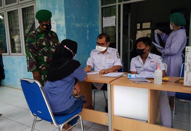 Bersama Anggota Danramil 07/PB Kodim 0207/Simalungun Turut Serta Dampingi Sekaligus Monitor Pelaksanaan Vaksin
