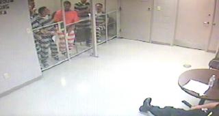Φύλακας λιποθυμάει εν ώρα υπηρεσίας. Δείτε τι κάνουν οι φυλακισμένοι που βρίσκονται μέσα στο Κελί!