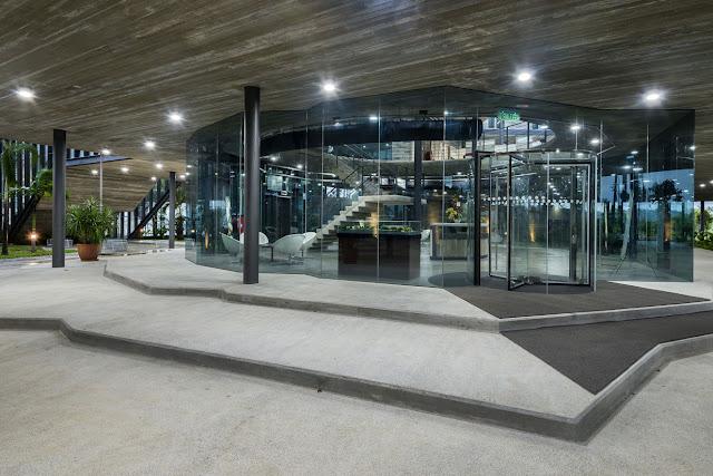 sala central cubierta de vidrio con amplios pasillos exteriores