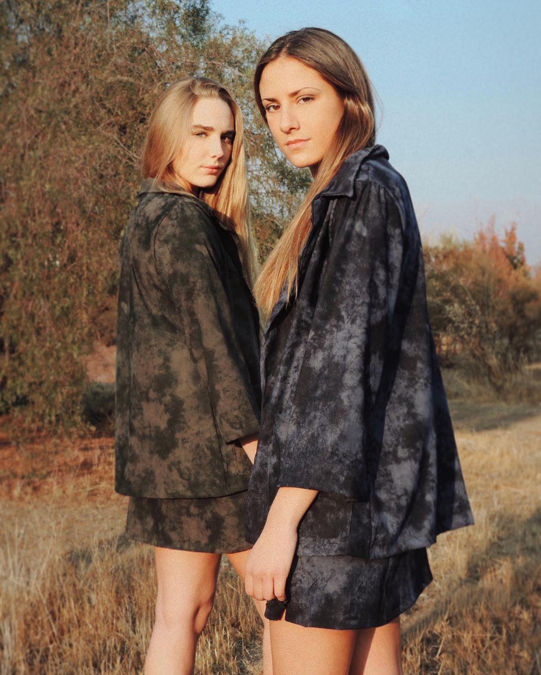 Conjunto Alondra de chaqueta y falda en tie dye azul y tie dye verde