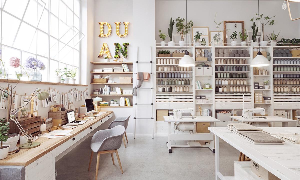 escritorio, ventanas industriales, interiorismo, barcelona, estanterias, blanco, espacio de trabajo, escalera madera, apple, colgador, estilo nordico,
