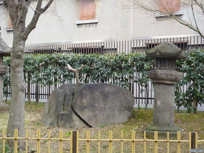 藤田邸跡公園岩に挟まれた怪鳥