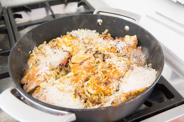 kana ja riisi kypsennetään mausteiden kanssa