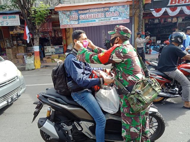Dukung Gerakan Jawa Timur Bermasker, Babinsa Koramil 0803/01 Bagikan Masker