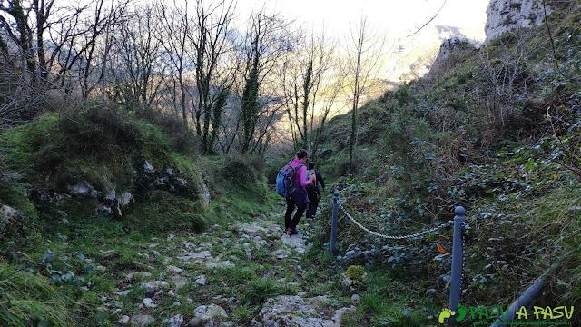 Pasamanos en la bajada por el valle de la Mina la Caven