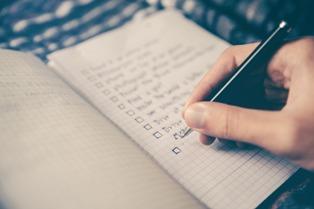 quaderno con lista di frasi