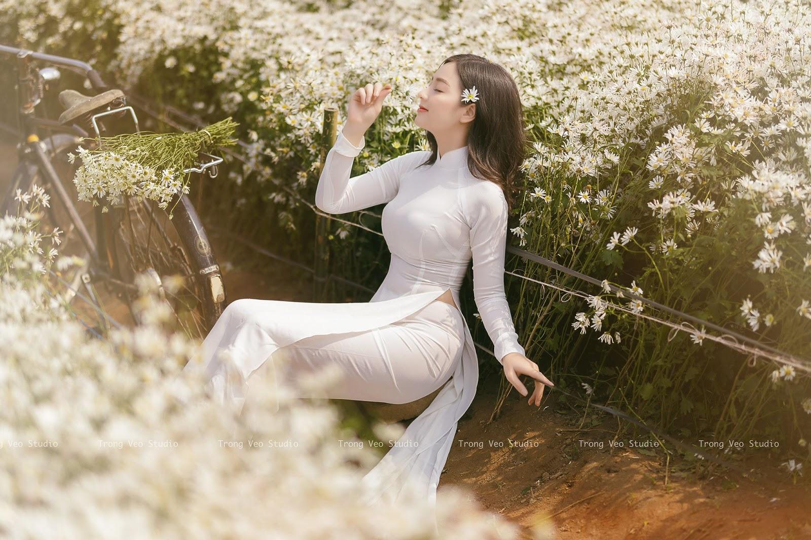 """""""Thiên thần áo dài"""" Quỳnh Trâm xinh đẹp tuyệt trần giữa vườn cúc họa mi"""