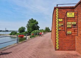Afbeelding 2. Waterstandspijlen nabij Rees, Duitsland. Foto: Anouk Bomers. In: Verkleinen van de onzekerheid in huidig waterbeleid met historische overstromingen