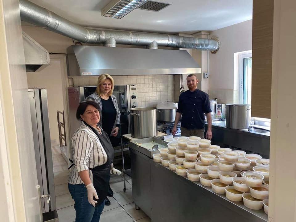 Εργαζόμενοι και εθελοντές εργάστηκαν με ιδιαίτερη χαρά για να ετοιμαστούν 540 μερίδες φαγητό. πηγή φωτογραφίας: facebook.com/elenavaka