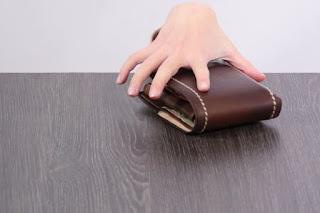 """Πρέβεζα:19χρονη  """"βούτηξε"""" το πορτοφόλι υπαλλήλου καφετέριας"""
