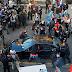EU: Hombre armado conduce hacia manifestantes, hiere a uno y huye