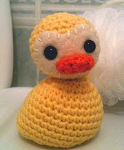 http://translate.google.es/translate?hl=es&sl=en&tl=es&u=http%3A%2F%2Fannabooshouse.blogspot.co.uk%2F2013%2F02%2Fwubberducky-crochet-duck-free-pattern.html