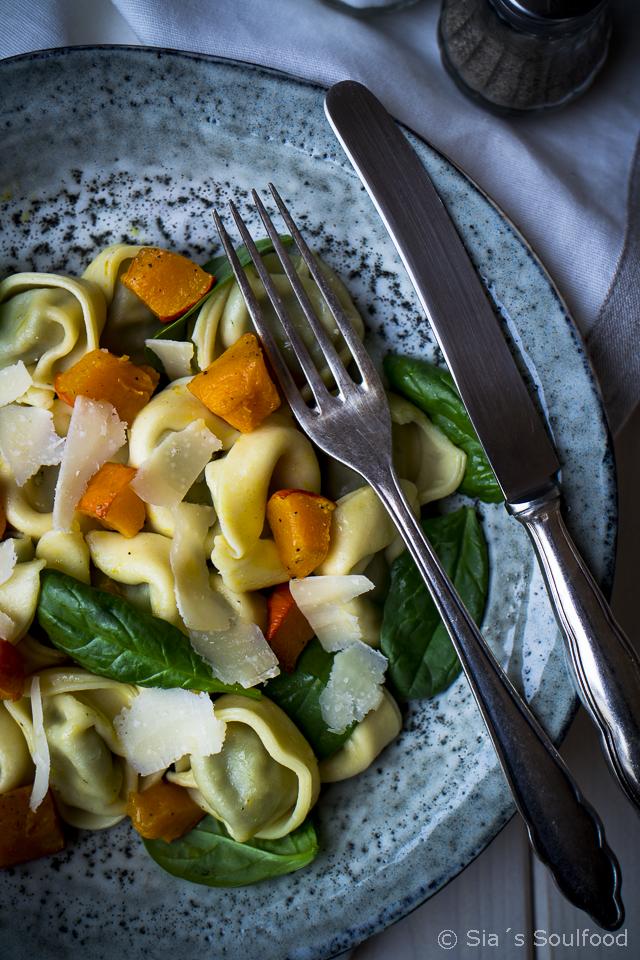 Tortelloni mit geröstetem Kürbis und Spinat