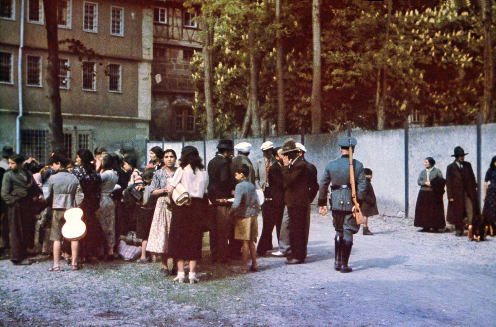 Sinti en el patio de la prisión de Hohenasperg antes de su deportación a los campos en Polonia. 22 de mayo de 1940.