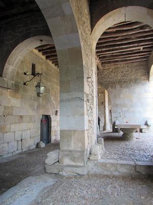 fonte e porta de entrada lateral do Mosteiro de Leça do Balio