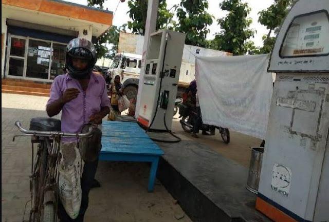 हेलमेट लगा कर साइकिल से जनरेटर के लिए डीजल लेने पहुंचा किसान - newsonfloor.com