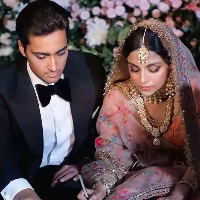Junaid Sings For Ayesha Saif